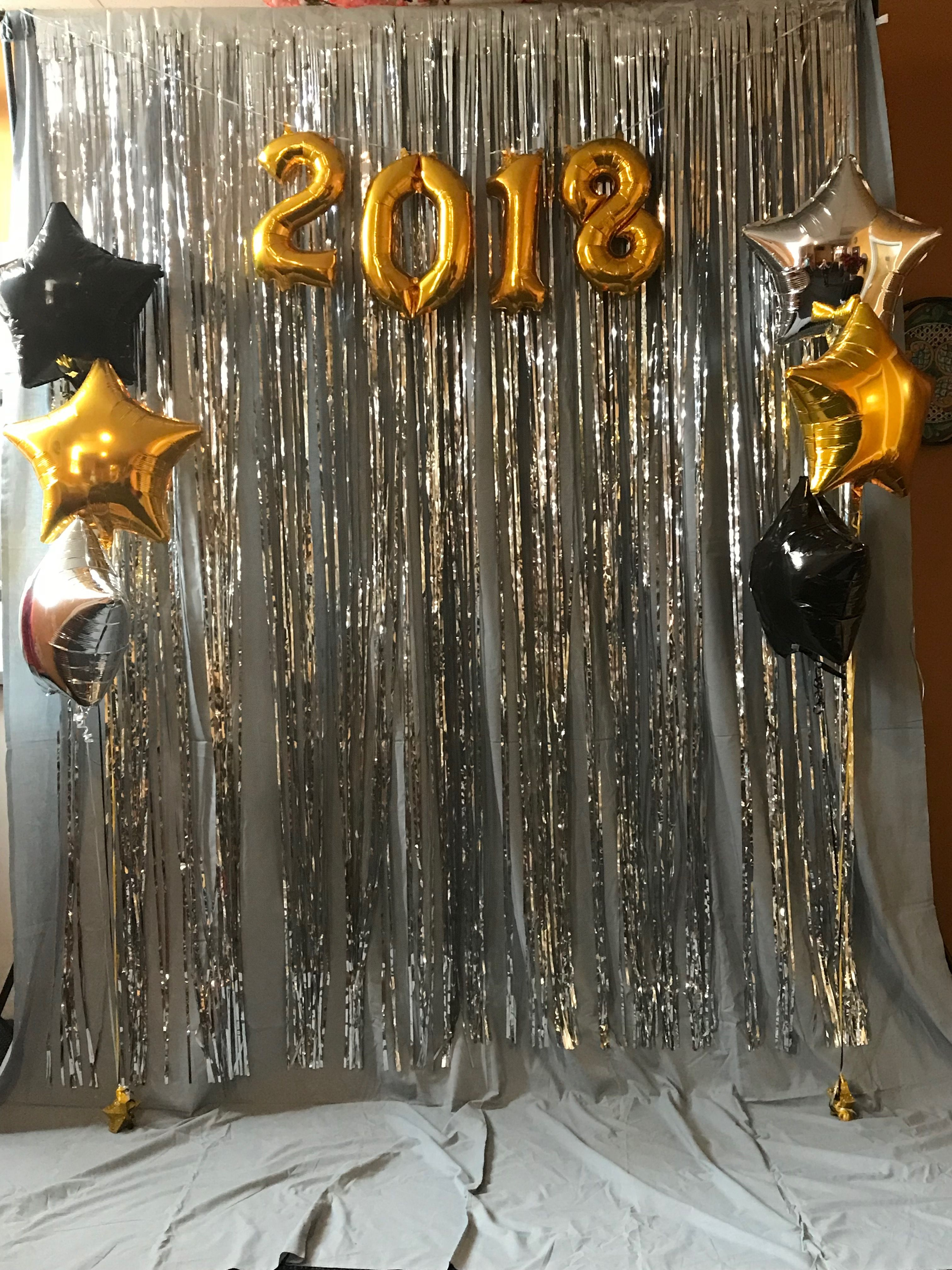 new-years-eve-photo-booth-this-photobooth-by-jenns-kraft-room-was-simple-and-elegant_-photo-booth-on-a-budget_